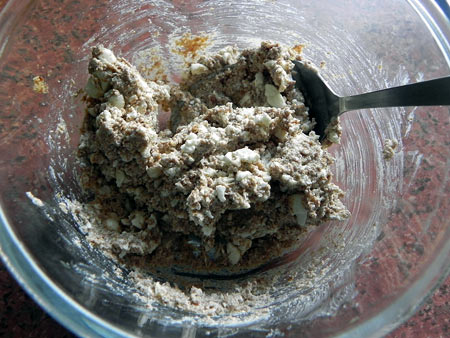 Blend ground linseed with the cottage cheese.